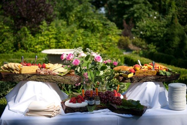 diy-outdoor-wedding-buffet