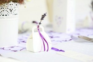 save money on wedding - favours